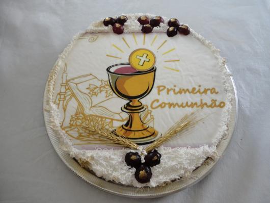 Bolo de Primeira Comunhão com chantilly decorado com papel de arroz estampado com cálice