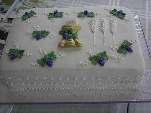Bolo de Primeira Comunhão quadrado com cálice e uvas decorativas