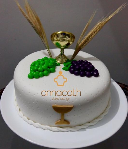 Bolo de Primeira Comunhão com pasta americana decorado com cálice e uvas
