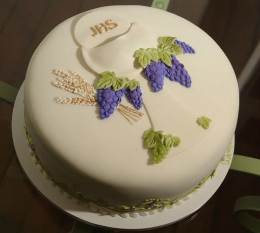 Bolo de Primeira Comunhão com pasta americana decorado com hóstia e uvas