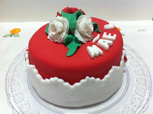 Bolo Dia das Mães decorado com pasta americana vermelho e branco