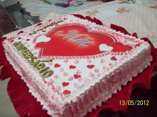 Bolo Dia das Mães decorado com papel de arroz estampado com coração e palavra mãe