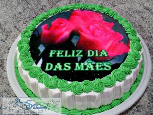 Bolo Dia das Mães decorado com chantilly verde e branco e papel de arroz com rosas e felicitação