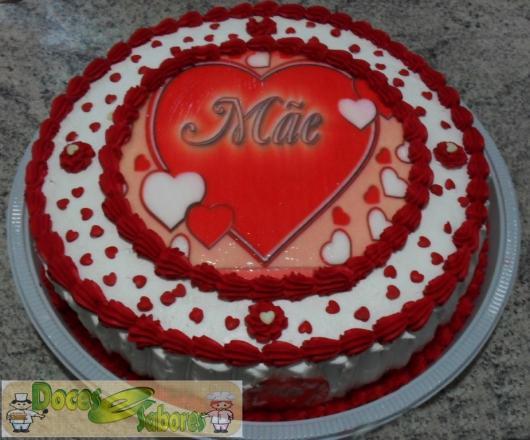 Bolo Dia das Mães decorado com chantilly vermelhoe branco e papel de arroz com estampa de coração