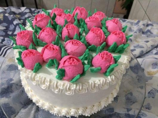 Bolo Dia das Mães decorado com chantilly braco e rosinhas de glacê rosa
