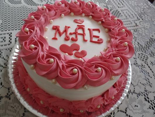 Bolo Dia das Mães decorado com chantilly rosa e branco