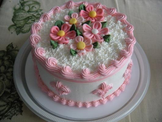 Bolo Dia das Mães decorado com chantilly rosa e branco e flores de pasta americana em cima