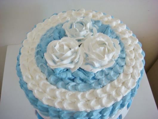 Bolo Dia das Mães decorado com chantilly azul e branco e flores brancas em cima