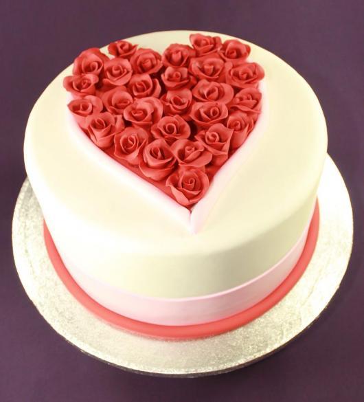 Bolo Dia das Mães decorado com pasta americana e coração de de mini rosinhas em cima