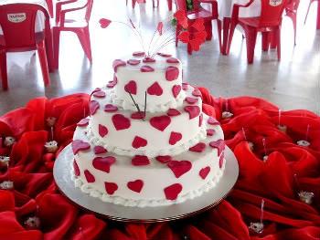 Bolo Dia das Mães de 3 andares decorado com pasta americana branca e corações vermelhos