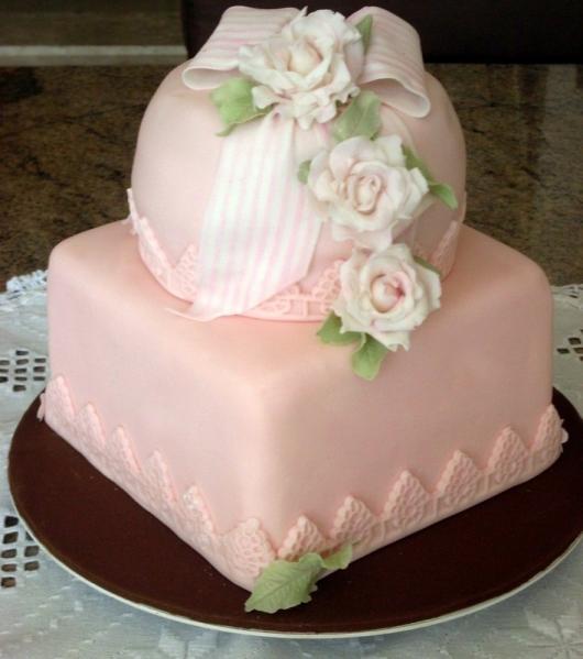 Bolo Dia das Mães 2 andares rosa claro decorado com flores brancas