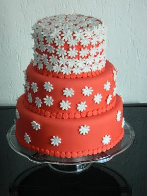Bolo Dia das Mães decorado com florzinhas brancas e pasta americana vermelha
