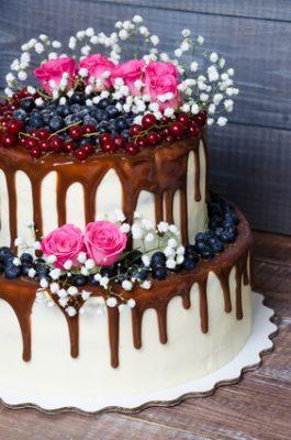 Bolo Dia das Mães decorado com flores e calda de chocolate