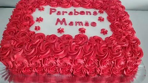 Bolo Dia das Mães decorado com chantilly vermelho