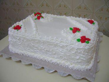 Bolo Dia das Mães decorado com chantilly branco e rosinhas vermelhas