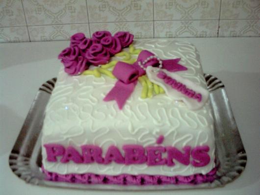 Bolo Dia das Mães decorado com chantilly branco e flores lilás