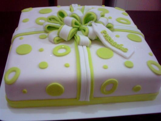 Bolo Dia das Mães decorado com pasta americana branca e verde