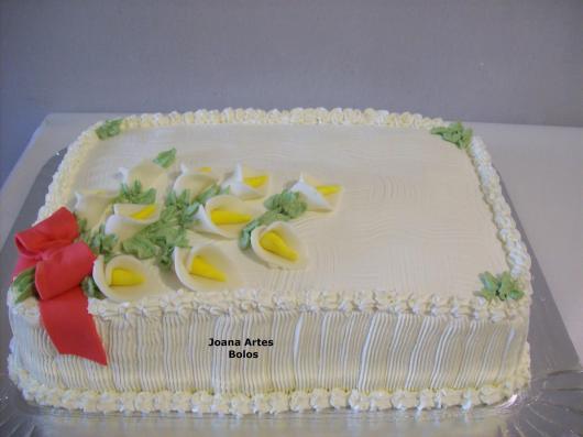 Bolo Dia das Mães decorado com chantilly branco e copos de leite de pasta americana