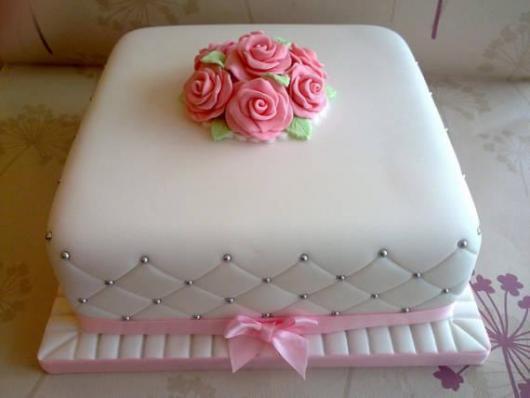 Bolo Dia das Mães quadrado branco decorado com rosinhas no topo