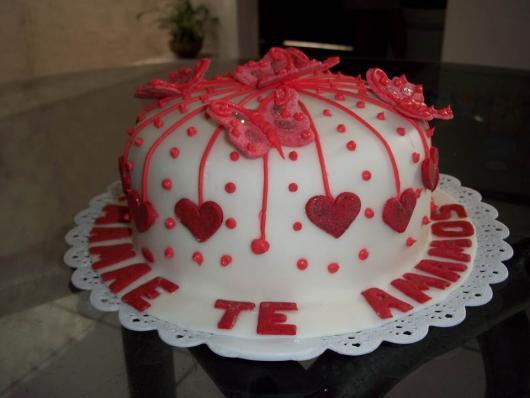 Bolo Dia das Mães decorado com pasta americana branca e aplique de corações