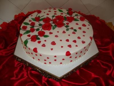 Bolo Dia das Mães decorado com glacê e rosas vermelhas