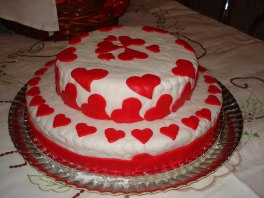 Bolo Dia das Mães redondo decorado com corações