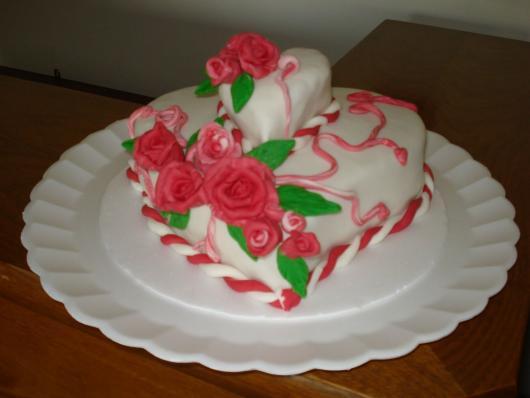 Bolo Dia das Mães decorado com pasta americana e rlosas vermelhas