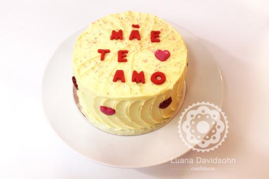 Bolo Dia das Mães decorado com chantilly amarelo e frase