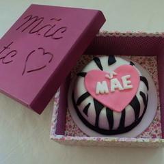 Bolo Dia das Mães mini bolo preto e branco com aplique de coração rosa