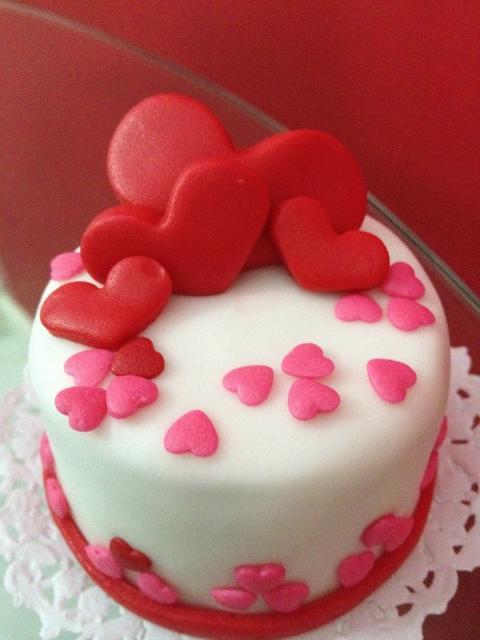Bolo Dia das Mães mini bolo decorado com corações