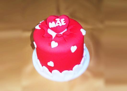 Bolo Dia das Mães mini bolo vermelho decorado com corações
