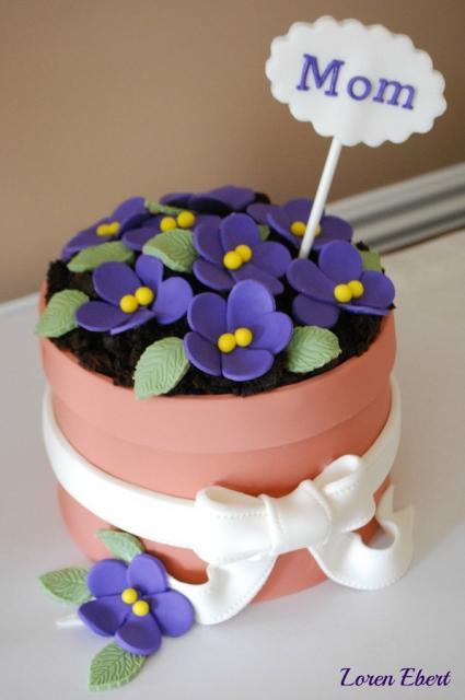 Bolo Dia das Mães decorado com violtas de pasta americana