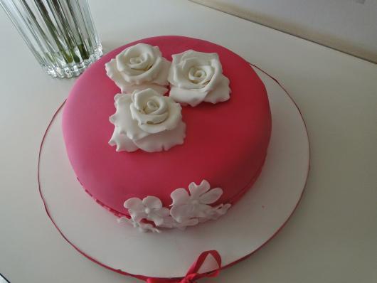 Bolo Dia das Mães decorado com pasta americana rosa e rosas brancas
