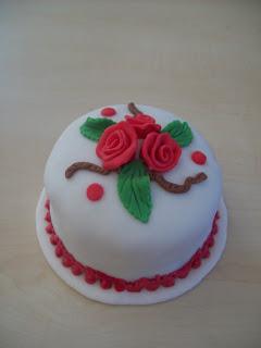 Bolo Dia das Mães decorado com pasta americana branca e rosas vermelhas com folhas verdes