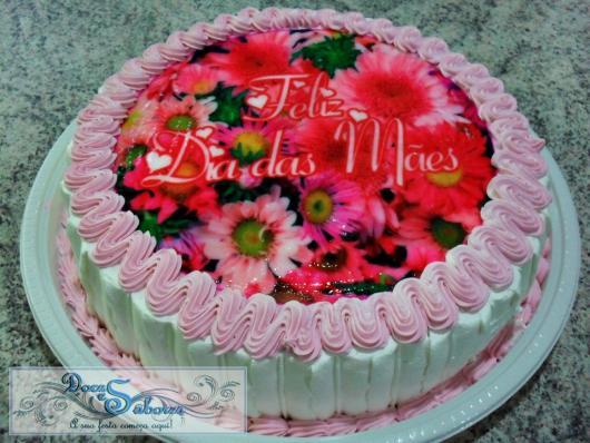 Bolo Dia das Mães decorado com chantilly branco e papel de arroz com frase