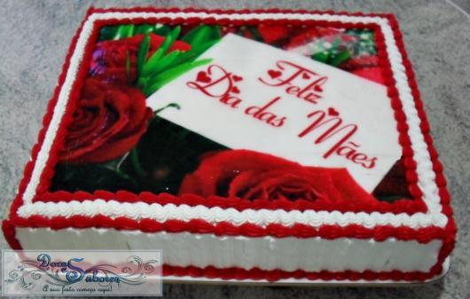 Bolo Dia das Mães decorado com chantilly e papel de arroz com rosas
