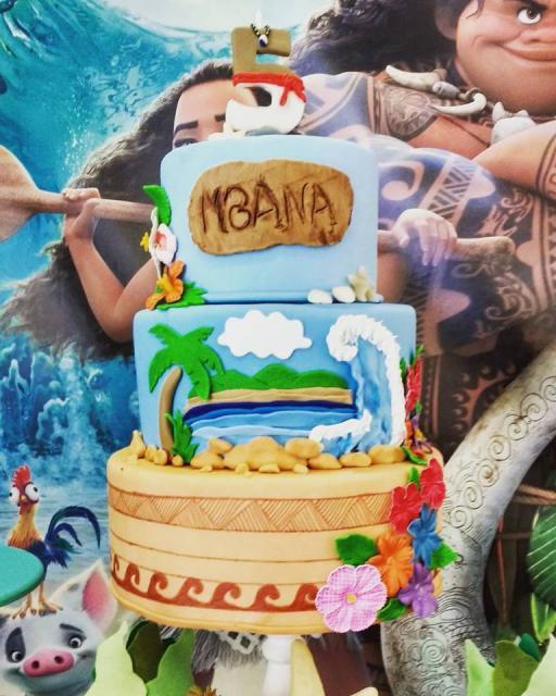 bolo fake Moana com cenário da praia