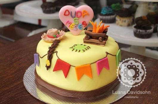 Bolo Mesversário Festa Junina amarelo com fogueira e coração no topo