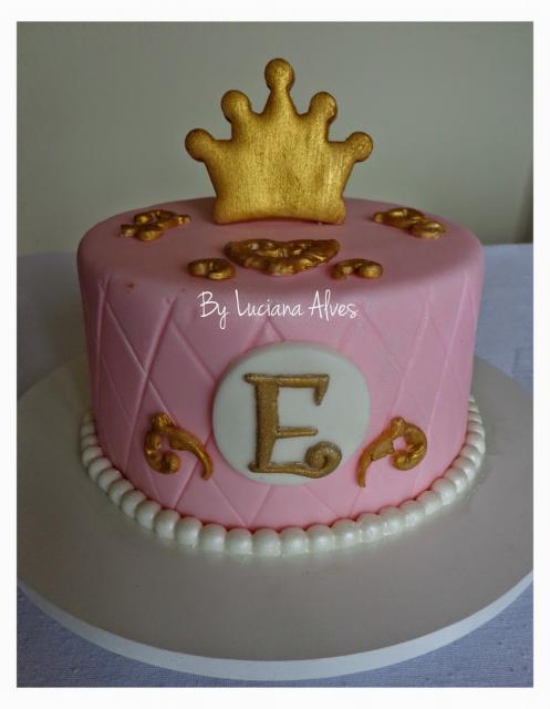 Bolo Mesversário Princesa rosa e dourado