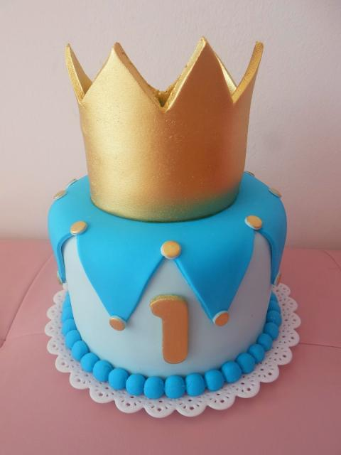 Bolo Mesversário Príncipe com pasta americana azul e coroa dourada