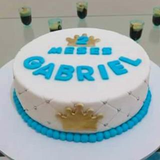 Bolo Mesversário Príncipe azul e branco com coroa dourada