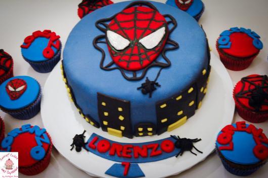 Bolo Mesversário Homem-Aranha com pasta americana azul e rosto do personagem