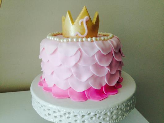 Bolo Mesversário Princesa com pasta americana e coroa dourada