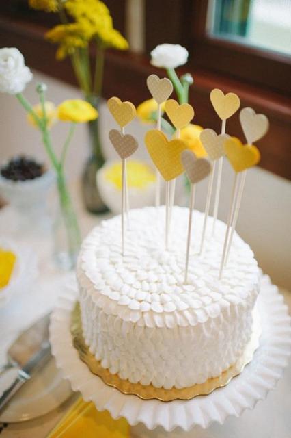 Bolo Mesversário simples com chantilly branco e toppers de corações amarelos