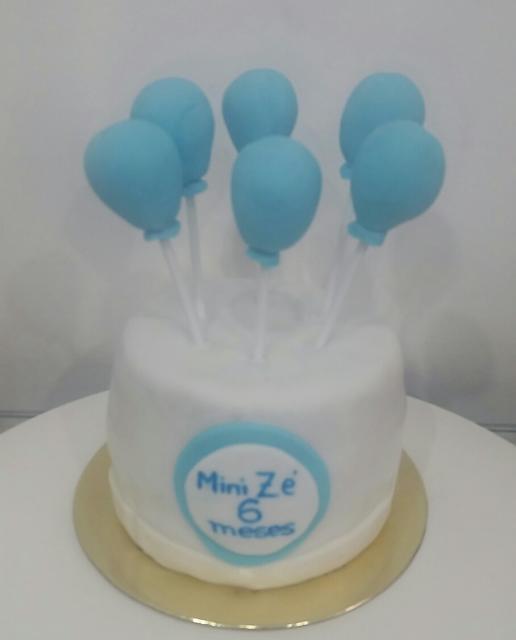 Bolo Mesversário simples branco com idade do bebê em azul