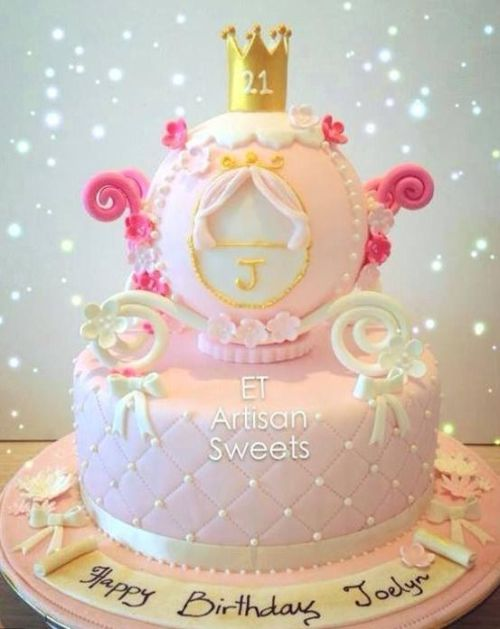 Bolo Mesversário Princesa rosa claro com carruagem