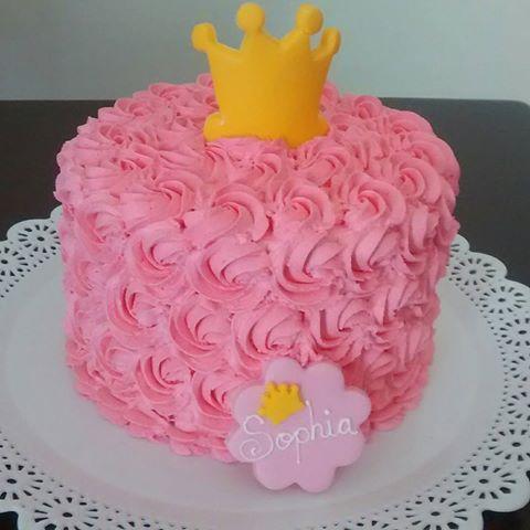 Bolo Mesversário Princesa com chantilly rosa