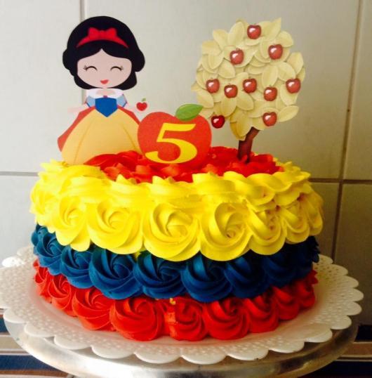 Bolo Mesversário Branca de Neve decorado com chantilly amarelo, azul e vermelho