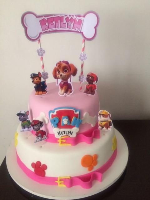 Bolo Patrulha Canina rosa com 2 andares e toppers decorando