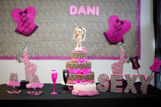 Chá de Lingerie decoração com espartilhos de EVA rosa na parede